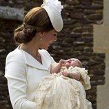 Catherine de Cambridge sonrie a la Princesa Carlota durante su bautizo