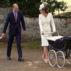 El Príncipe Guillermo, el Príncipe Jorge y Kate Middleton en el bautizo de Carlota de Cambridge