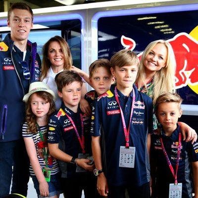 Geri Halliwell y Emma Bunton acompañadas por Romeo y Cruz Beckham en el Gran Premio de Gran Bretaña