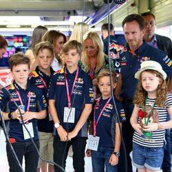 Romeo y Cruz Beckham junto a los hijos de Geri y Emma conociendo las instalaciones de Silverstone