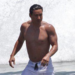 Mario Lopez se baña en el mar y presume de múlculos