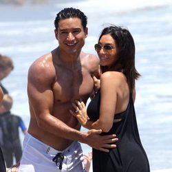 Mario Lopez posa junto a su mujer Courtney Mazza