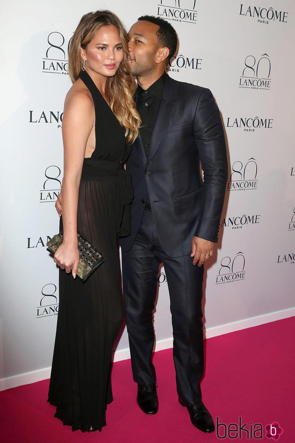 Chrissy Teigen y John Legend en la Semana de la Alta Costura de París