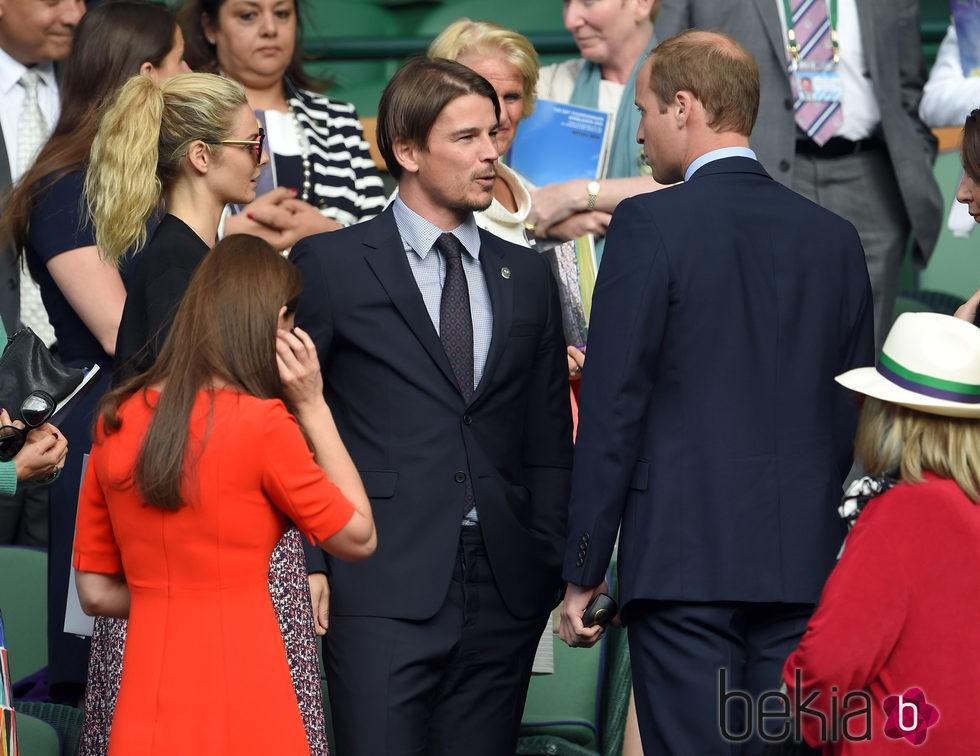 Los Duques de Cambridge saludan a Josh Hartnett en Wimbledon 2015