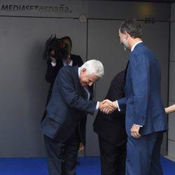 Paolo Vasile saludando a su majestad el rey Felipe VI