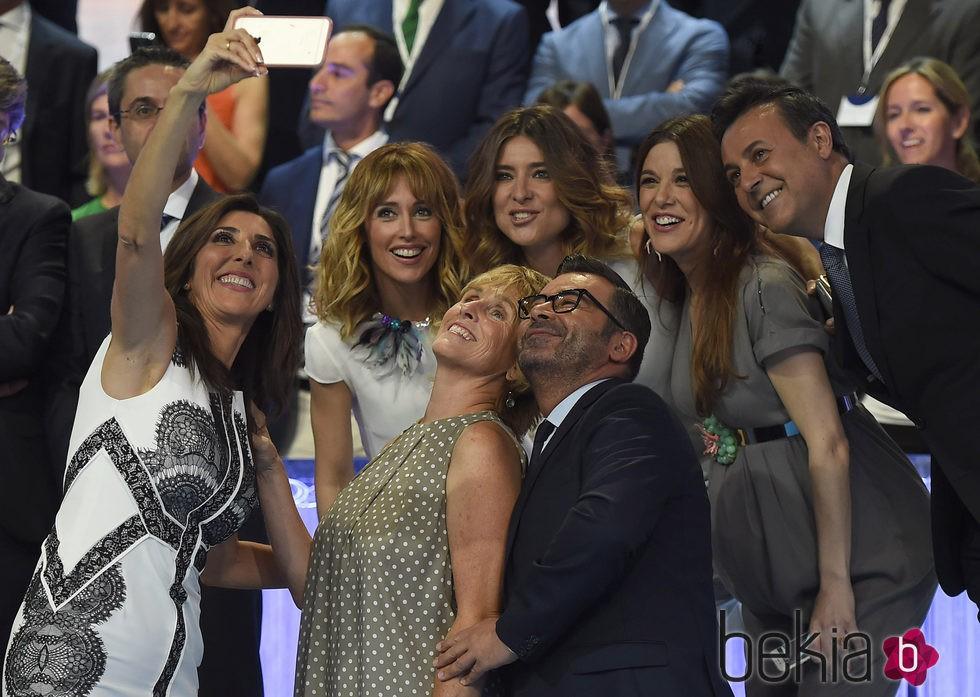 Selfie de Paz Padilla, Emma García, Sandra Barneda, Jorge Javier Vázquez, Raquel Sánchez Silva, Mercedes Milá y José Ribagorda