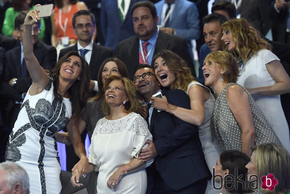 Selfie de Paz Padilla, Emma García, Sandra Barneda, Jorge Javier Vázquez, Raquel Sánchez Silva, Mercedes Milá ,José Ribagorda y María Teresa Campos
