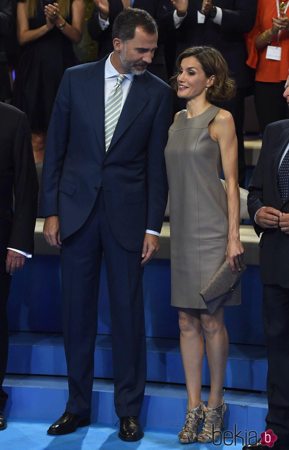 El Rey Felipe VI y la Reina Letizia muy cómplices en la visita a Mediaset
