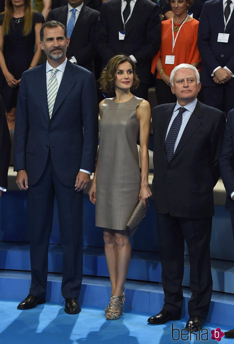 Los Reyes Felipe y Letizia con Paolo Vasile en la visita a Mediaset