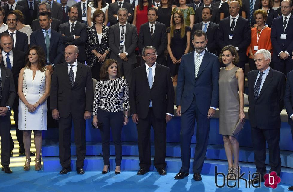 Los Reyes junto a los responsables y rostros conocidos de Mediaset