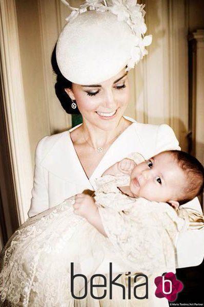 Kate Middleton sostiene a su hija Carlota en su bautizo