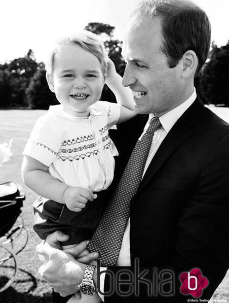 El Príncipe Guillermo, muy sonriente con el Príncipe Jorge en el bautizo de la Princesa Carlota