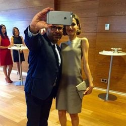 La Reina Letizia haciéndose un selfie con Jorge Javier Vázquez en su visita a Mediaset