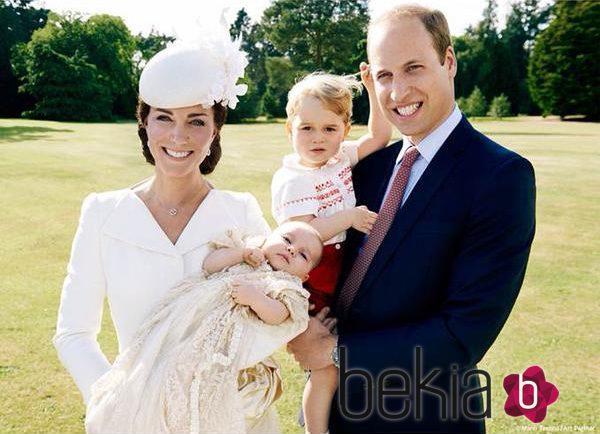 Los Duques de Cambridge con sus hijos Jorge y Carlota en el bautizo de la Princesa Carlota