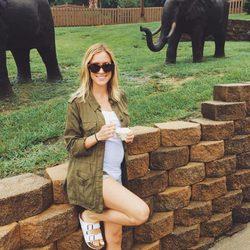 Kristin Cavallari su incipiente embarazo en un parque temático