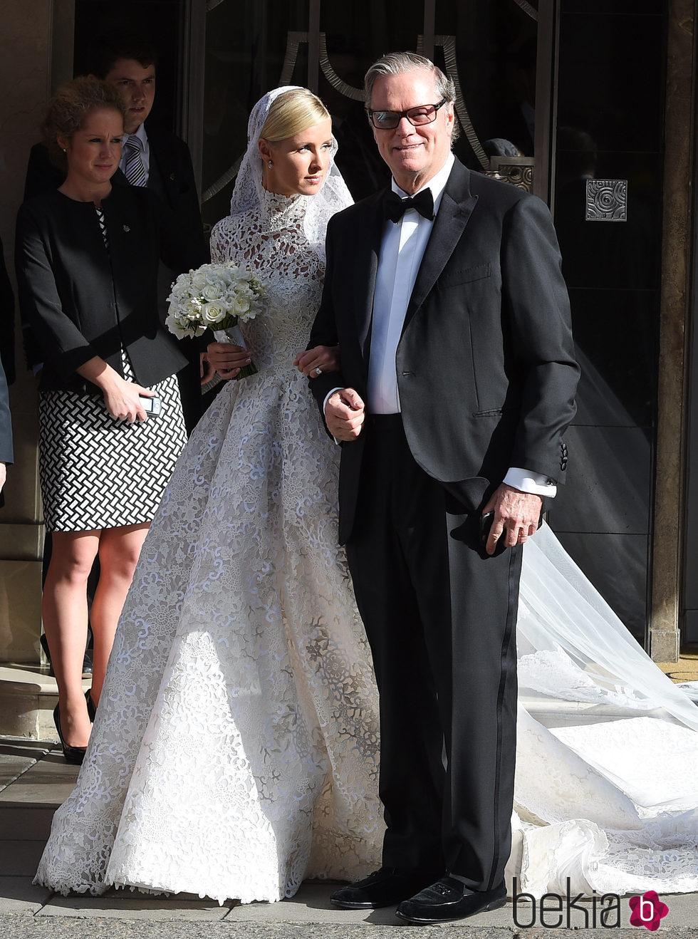 Nicky Hilton acompañada de su padre Richard Hilton en el día de su boda