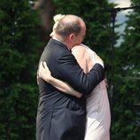 Príncipes Alberto II y Charlene de Mónaco abrazándose ante todos los asistentes