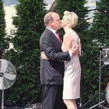 Los Príncipes Alberto y Charlene de Mónaco besándose