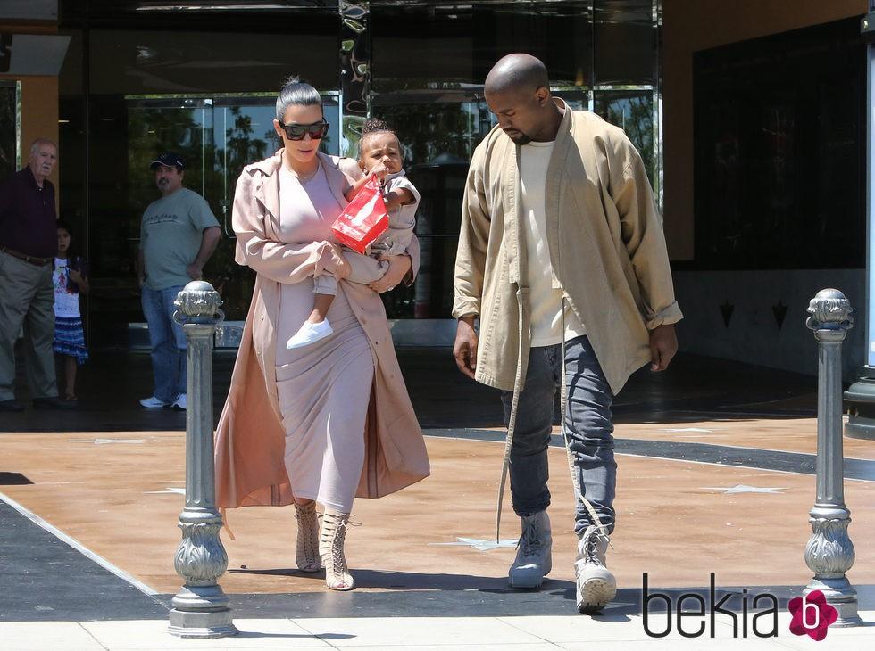 La familia West Kardashian, juntos yendo al cine