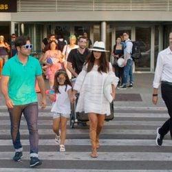 Paula Echevarría y David Bustamante a su llegada a Ibiza con su hija Daniella