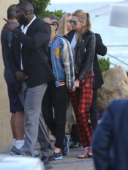 Miley Cyrus y Stella Maxwell paseando por las calles de Malibú