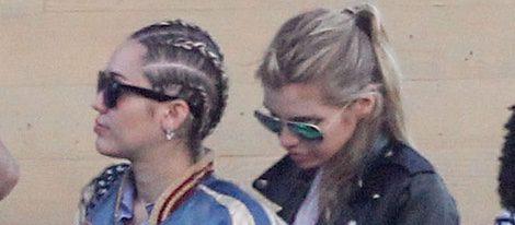 Miley Cyrus y Stella Maxwell a la entrada del restaurante en el que fueron a comer