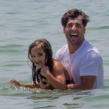 David Bustamante juega con su hija Daniella en el mar en Ibiza