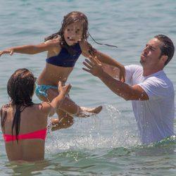 Paula Echevarría y David Bustamante lanzan al aire en el mar a su hija Daniella en Ibiza