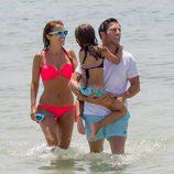 Paula Echevarría y David Bustamante salen del mar con su hija Daniella en Ibiza