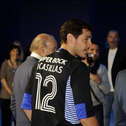 Iker Casillas luciendo la camiseta del Oporto con el número 12