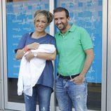 Luján Argüelles y Carlos Sánchez Arenas presentan a su hija Miranda