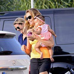 Esther Cañadas con su hija Galia en brazos en su primer verano en Ibiza