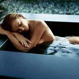 Irina Shayk desnuda en una bañera