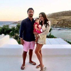 Tamara Ecclestone, su marido Jay Rutland y su hija Sophie en Mykonos