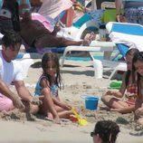 David Bustamante juega en la arena con su hija Daniella en Ibiza