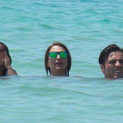 Paula Echevarría, David Bustamante y Daniella dándose un baño en Ibiza