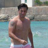David Bustamante luce torso desnudo en el mar en Ibiza
