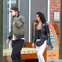 Robert Pattinson y su novia FKA twigs en Manchester