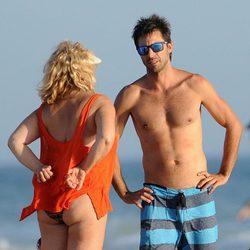 Hugo Silva con una mujer en una playa de Cádiz