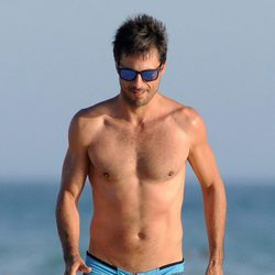 Hugo Silva con el torso desnudo en una playa de Cádiz