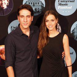 El actor Alberto Amman y su pareja Clara Méndez en el concierto de Elton John