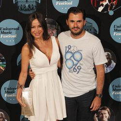 La bailarina Cecilia Gómez y su novio Emiliano Suárez en el concierto de Elton John