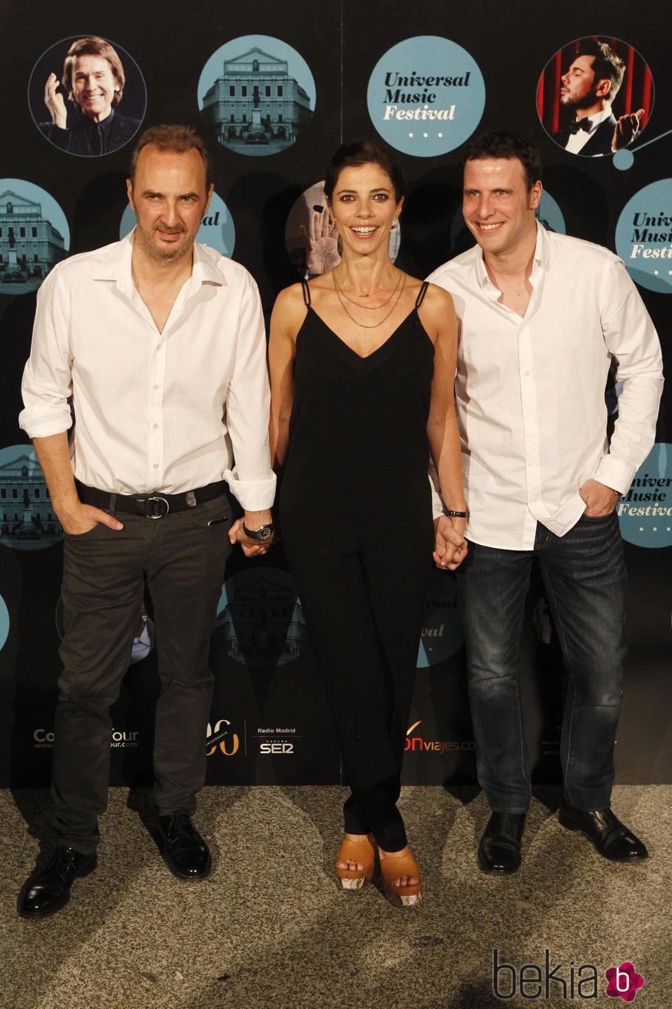 La actriz Maribel Verdú, el productor Pedro Larrañaga y su pareja en el concierto de Elton John