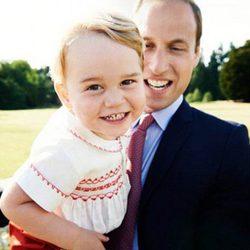El Príncipe Jorge posa muy sonriente con el Príncipe Guillermo por su segundo cumpleaños