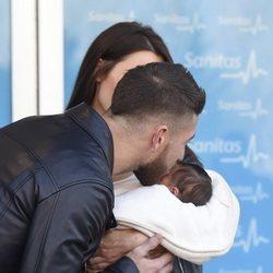 Sergio Ramos besando a su hijo Marco en su presentación oficial