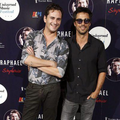 Asier Etxeandía y Hugo Silva en el concierto de Raphael en Madrid