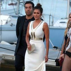 Nina Dobrev en el puerto de Saint-Tropez antes de la fiesta benéfica de Leonardo DiCaprio