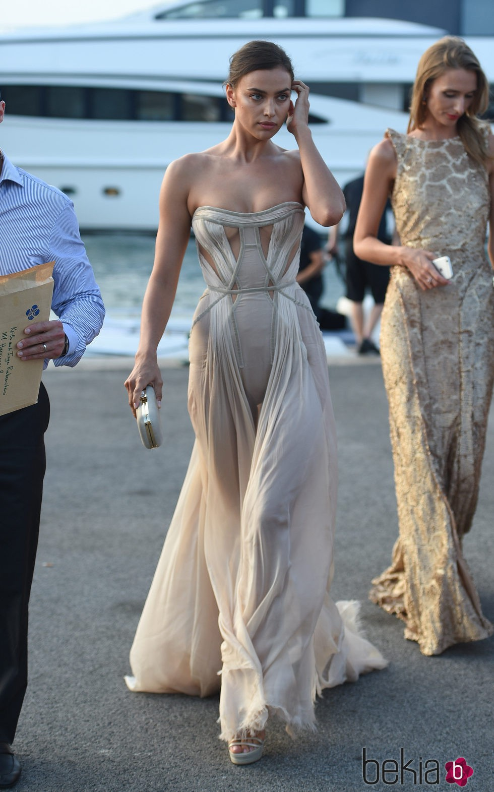 Irina Shayk en el puerto de Saint-Tropez antes de la fiesta benéfica de Leonardo DiCaprio