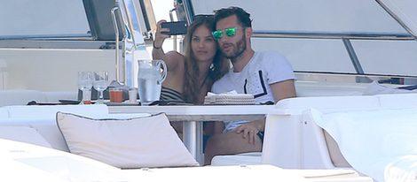 Helen Lindes y Rudy Fernández haciéndose un selfie en un barco en su luna de miel en Ibiza