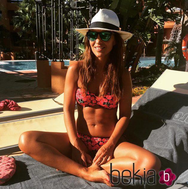 Paula Echevarría tomando el sol durante sus vacaciones en Cádiz